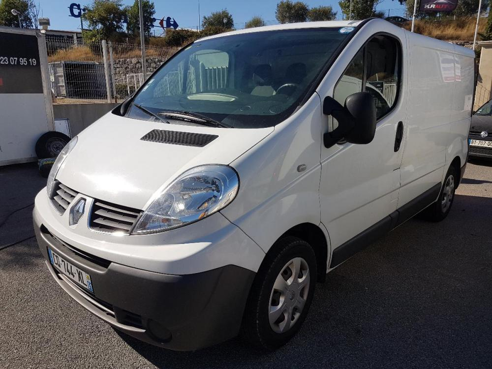 voiture diesel renault trafic d 39 occasion draguignan moins de 115000 km euros. Black Bedroom Furniture Sets. Home Design Ideas
